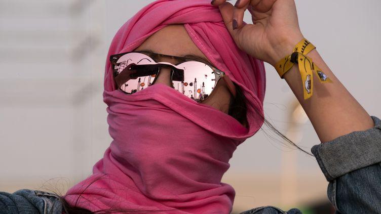 Une femme danse au festival Les Dunes électroniques, en Tunisie. (AMINE LANDOULSI / AFP)
