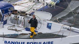 Le skipper Loïck Peyron sur son trimaran, pendant la Route du rhum 2014, le 2 novembre 2014. (JEAN-MARIE LIOT / DPPI / AFP)