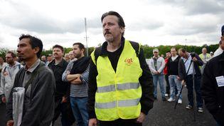 Des ouvriers de l'usine PSA D'Aulnay-sous-Bois (Seine-Saint-Denis) devant leur lieu de travail, le 12 juillet 2012. (MARTIN BUREAU / AFP)