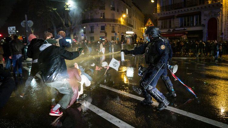 """Des heurts ont éclaté, à Paris, le 17 novembre 2020, pendant une manifestationcontrecontre la proposition de la loi sur """"la sécurite globale"""" (GABRIELLE CEZARD / HANS LUCAS / AFP)"""