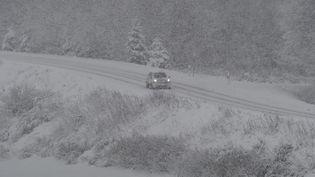 Une route de la Loire sous la neige, le 26 janvier 2018, lors d'une précédente vague de froid. (MAXPPP)