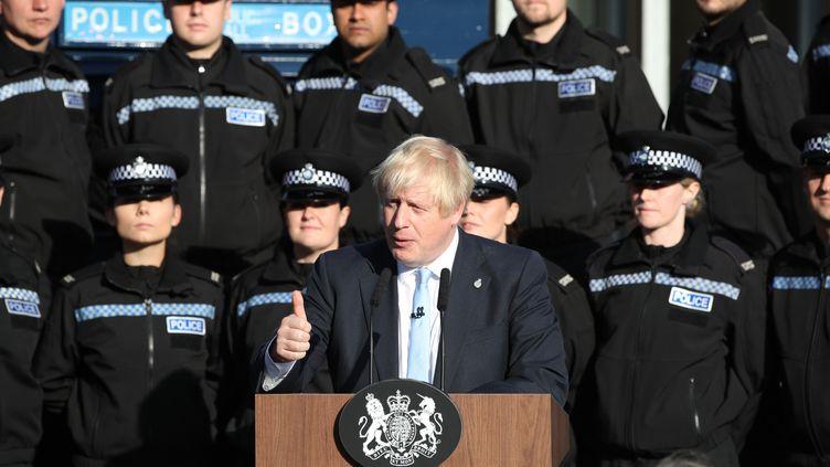 Boris Johnson s'exprime lors d'une visite d'un centre de formation de la police du West Yorkshire, le 5 septembre 2019, au Royaume-Uni. (DANNY LAWSON / AFP)