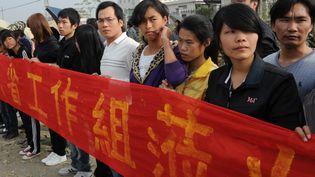 Des habitants du villages de Wukan (Chine) attendent le retour de leur maire Lin Zulian, le 21 décembre 2011. (MARK RALSTON / AFP)
