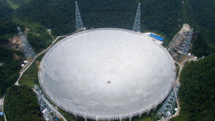 Une vue aérienne du plus grand téléscope au monde, Fast, le 3 juillet 2016. Il a été construit àQiannan, dans la province de Guizhou en Chine. (DENG GANG / IMAGINECHINA / AFP)
