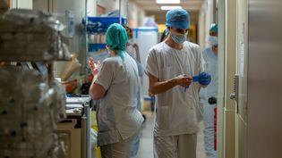 Des soignants duservice de réanimation de l'hôpital Ambroise-Paré prennent en charge des malades du Covid-19, le 28 avril 2020, à Neuilly-sur-Seine (Hauts-de-Seine). (JULIE LIMONT / HANS LUCAS / AFP)