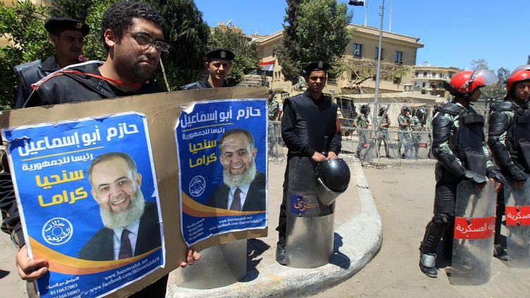 Des soutiens du salafiste Hazem Abou Ismaïl protestent contre son exclusion de la course présidentielle, mardi 17 avril au Caire (Egypte) (KHALED DESOUKI / AFP)
