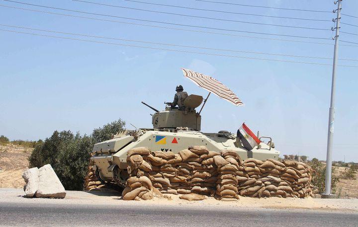 Un véhicule de l'armée égyptienne patrouille près de Rafah, à la frontière entre l'Egypte et la bande de Gaza, le 6 août 2012. (AHMED MAHMOUD / AFP)