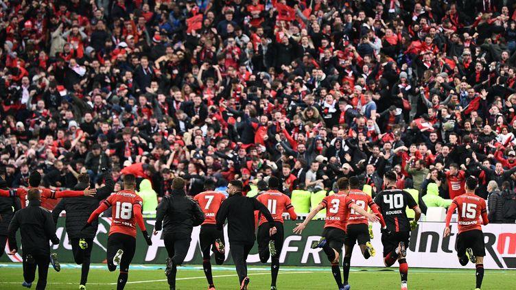 Les joueurs du Stade Rennais après avoir remporté la Coupe de France samedi 27 avril au Stade de France. (MARTIN BUREAU / AFP)