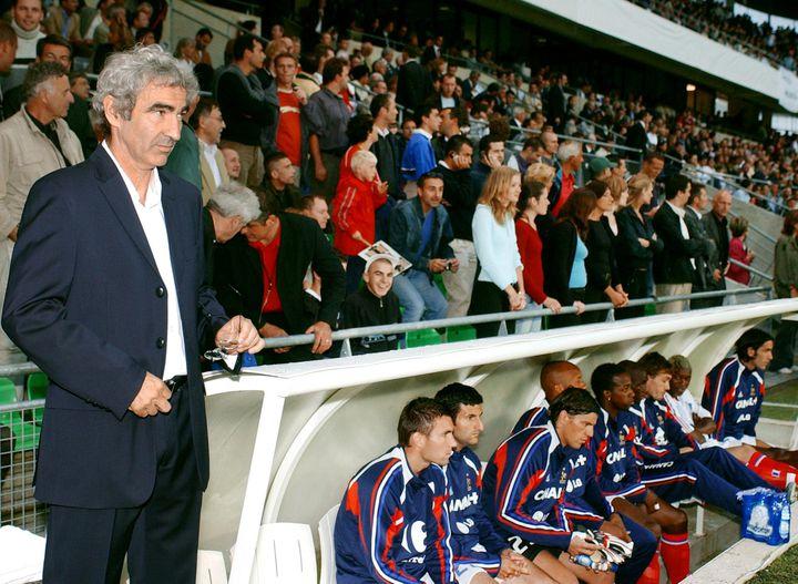 Raymond Domenech (à gauche) lors de son premier match en tant que sélectionneur de l'équipe de France contre la Bosnie au stade de la route de Lorient à Rennes, le 18 août 2004. (FRANK PERRY / AFP)