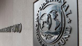 Le logo du Fonds monétaire international, le 27 mars 2020, àWashington. (OLIVIER DOULIERY / AFP)
