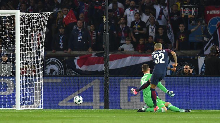 Le joueur du PSG Dani Alves marque un but à la 85e seconde, contre le Bayern Munich, en Ligue des Champions, le 27 septembre 2017. (PETER KNEFFEL / DPA / AFP)