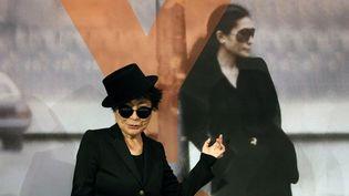 Yoko Ono devant une autre elle-même, à Francfort (14/02/2013)...  (Daniel Roland / AFP)