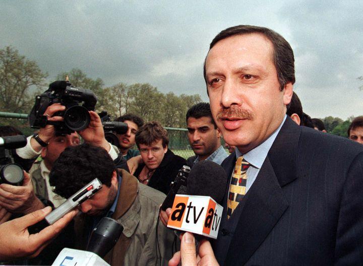 Recep Tayyip Erdogan répond à des journalistes, le 21 avril 1998, à Istanbul. (REUTERS)