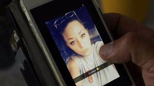 100 femmes sont mortes sur les coups de leurs conjoints depuis le début de l'année. Souvent, les victimes n'osent pas demander de l'aide. Le père d'une jeune femme de 22 ans tuée par son compagnon témoigne. (FRANCE 2)