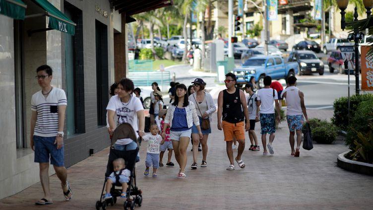 Sur l'île de Guam, les habitants continuent de vivre normalement, ici en train de faire du shopping, malgré les menaces d'attaque de la Corée du Nord. (ROBERT TENORIO / AFP)