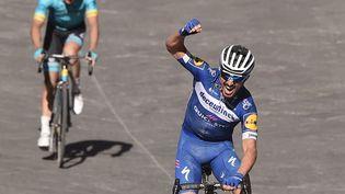 Julian Alaphilippe franchit la ligne pour remporter la course cycliste classique Strade Bianche, le 9 mars 2019 à Sienne, en Toscane. (MARCO BERTORELLO / AFP)
