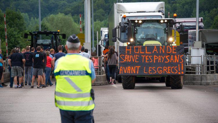 Des éleveurs bloquent l'A 36 entre Sochaux et Besançon, le 23 juillet 2015. (SEBASTIEN BOZON / AFP)
