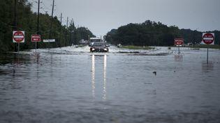 Des routes inondées après le passage de la tempête Harvey, le 30 août 2017 à Crosby, au Texas (Etats-Unis). (BRENDAN SMIALOWSKI / AFP)