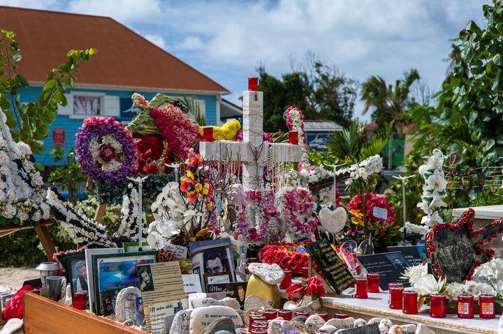 La tombe de Johnny Hallyday à Saint-Barthélémy reçoit quotidiennement les hommages des fans. (MATTHIEU MONDOLONI / FRANCEINFO)