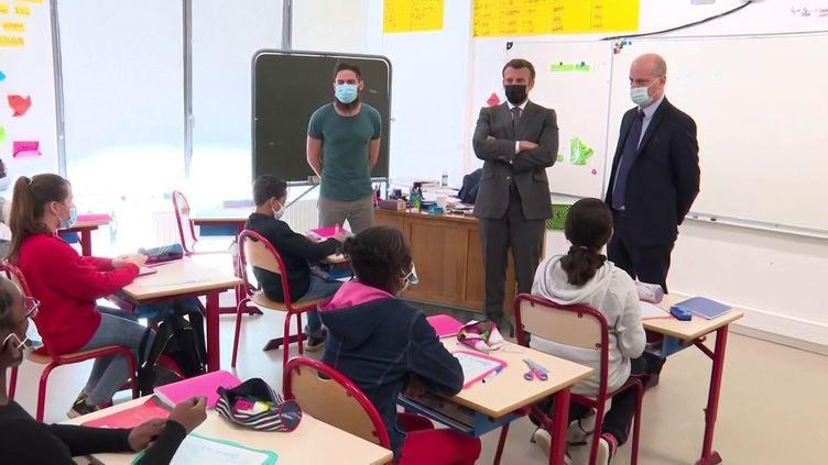 Emmanuel Macron (au centre) et Jean-Michel Blanquer (à droite) visite une école de Melun (Seine-et-Marne), le 26 avril 2021. (FRANCEINFO)