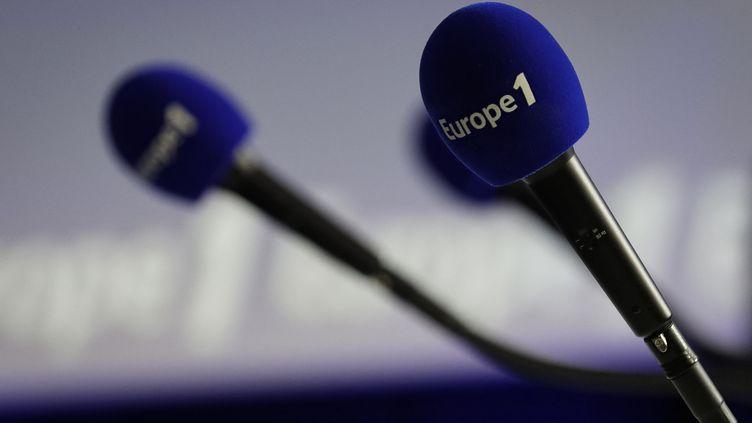 Des micros de l'antenne radio Europe 1, le 20 décembre 2018. (THOMAS SAMSON / AFP)
