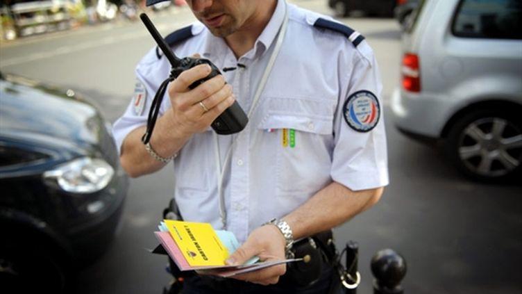 Un policier en train d'effectuer un contrôle policier à Paris (archives) (AFP PHOTO / Martin BUREAU)