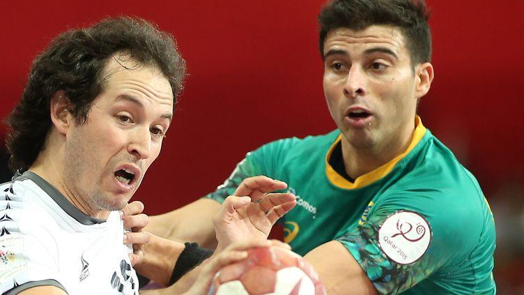 Le Brésilien Ribeiro aux prises avec le Chilien Amaya (KARIM JAAFAR / AL-WATAN DOHA)