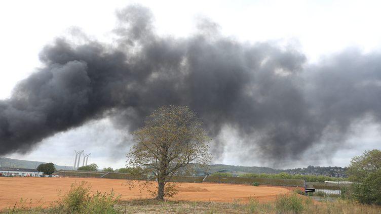 La fumée de l'incendie qui a ravagé l'usine Lubrizol à Rouen, le 27 septembre 2019. (O.LEJEUNE / MAXPPP)