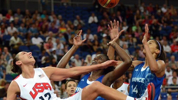 Emmeline Ndongue (à droite) lors des Jeux olympiques de Londres en 2012. (TIMOTHY A. CLARY / AFP)