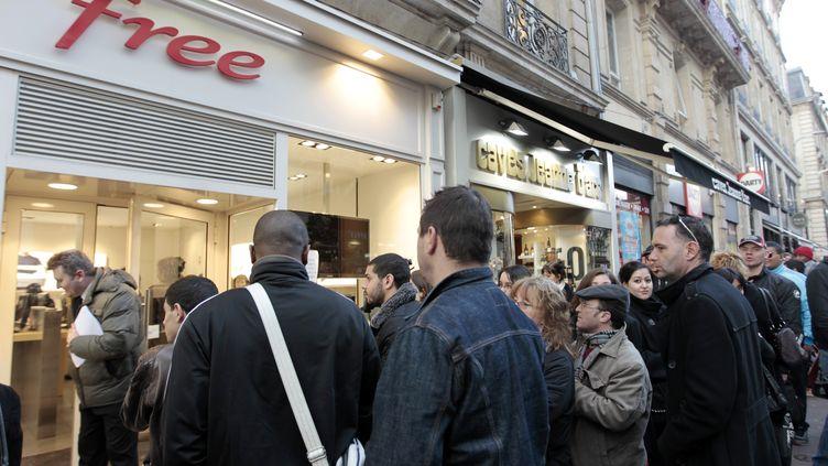 File d'attente à l'entrée de la boutique Free de Rouen (Seine-Maritime), le 11 janvier 2012, lors du lancement de l'offre mobile. (KENZO TRIBOUILLARD / AFP)