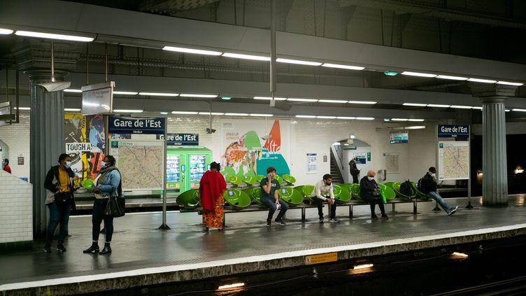 Des usagers du métro parisien attendent à la station Gare de l'Est, dans le respect des distances, le 30 avril 2020. (EDOUARD RICHARD / HANS LUCAS / AFP)