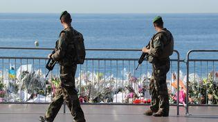 Des soldats sur la promenade des Anglais, à Nice (Alpes-Maritimes), le 19 juillet 2016. (VALERY HACHE / AFP)