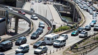 Embouteillage à Lyon le 14 juillet 2012, au moment des départs en vacances. (JEFF PACHOUD / AFP)