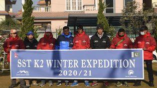 Les alpinistes de l'expédition hivernale du Mont K2, la deuxième plus haute montagne du monde, à Katmandou (Pakistan), le 18 décembre 2020. (PRAKASH MATHEMA / AFP)