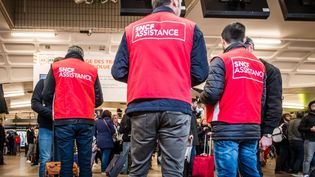 Des agents de SNCF Assistance à la gare de Lyon, à Paris, le 2 avril 2018.  (KONRAD K/SIPA)