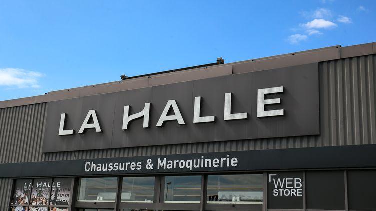 La façade d'entrée d'une enseigne La Halle à Valence (Drôme), le 2 septembre 2019.  (NICOLAS GUYONNET / HANS LUCAS)