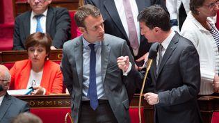 Emmanuel Macron et Manuel Valls à l'Assemblée nationale le 9 juin 2015 (CHAMUSSY / SIPA)