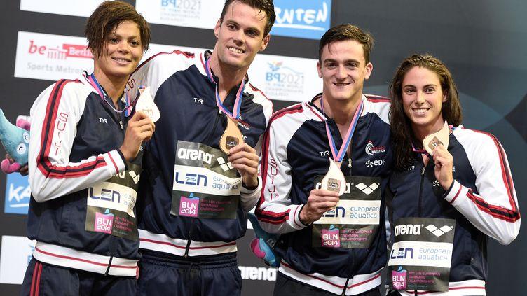 Coralie Balmy, Gregory Mallet, Clement Mignon et Anna Santamans célèbrent leur médaille de bronze, vendredi 22 août, après la finale du relais 4x100 m libre mixte, lors des championnats d'Europe de natation à Berlin (Allemagne). (DAMIEN MEYER / AFP)