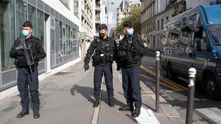 """Des membres des forces de l'ordre dans le 11e arrondissement à proximité des anciens locaux de """"Charlie Hebdo"""", où deux personnes ont été attaquées, le 25 septembre 2020. (LAURENCE KOURCIA / HANS LUCAS / AFP)"""