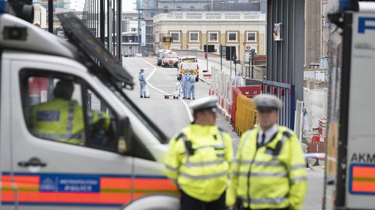Des policiers britanniques devant le London Bridge, le 4 juin 2017. (IK ALDAMA / AFP)