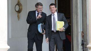 Vincent Peillon et Manuel Valls, à la sortie de l'Elysée, à Paris, le 18 septembre 2013. (MAXPPP)