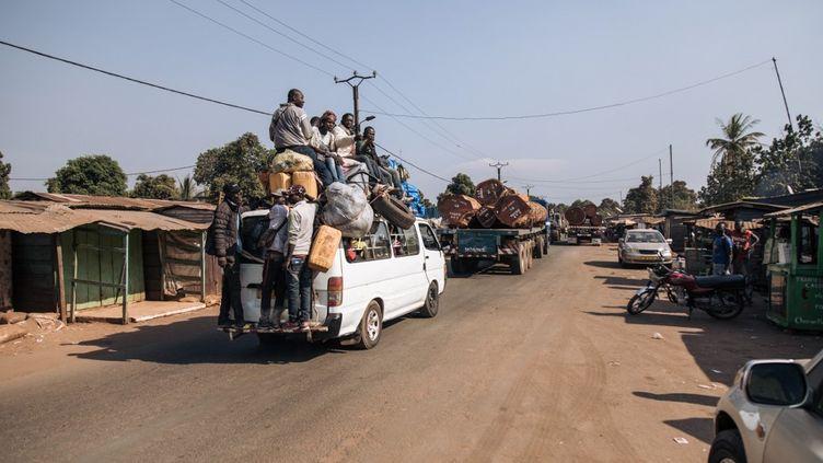 Des voyageurs font demi-tour sur une route de Boali, en Centrafrique, le 22 décembre, en raison de violences entre groupes armés et forces centrafricaines. (ALEXIS HUGUET / AFP)