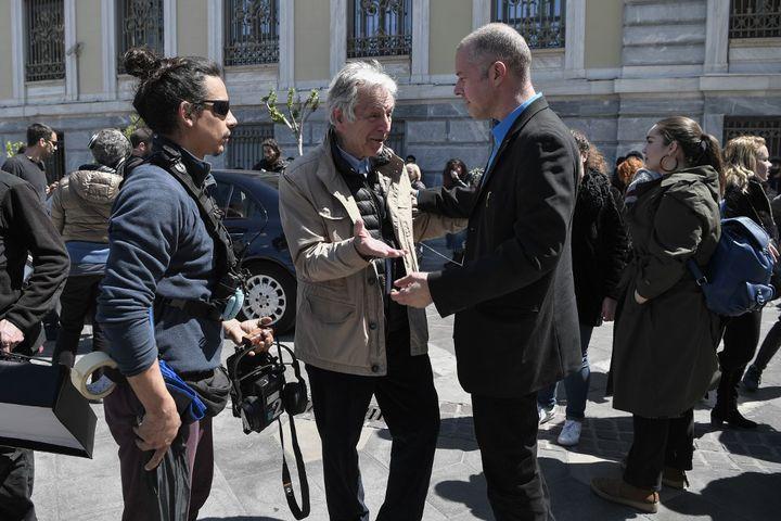 Le réalisateur franco-grec Costa Gavras (C) et l'acteur grec Christos Loulis (D) en tournage à Athènes en avril 2019  (Louisa GOULIAMAKI / AFP)