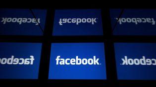 Plusieurs logos du réseau social américain Facebook. (LIONEL BONAVENTURE / AFP)