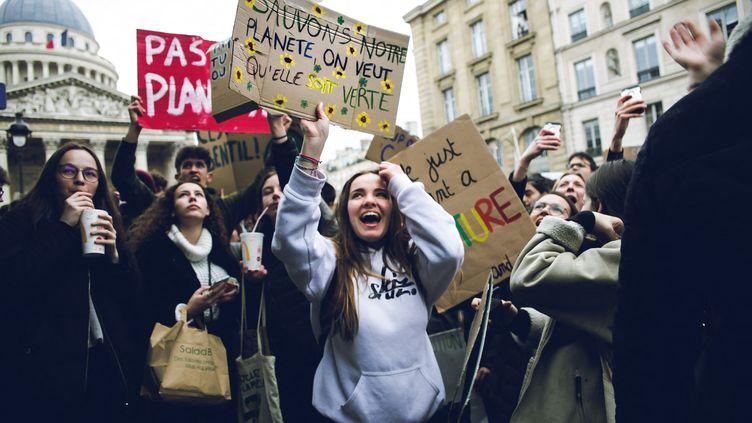 Unelycéenne participe à une marche pour le climat, le 15 mars 2019. (VALENTIN BELLEVILLE / HANS LUCAS / AFP)