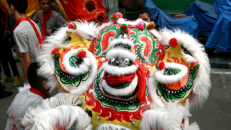 Le Nouvel An chinois célébré à Kolkata en Inde, le 8 février 2016, avec les danses du dragon. (DEBAJYOTI CHAKRABORTY / NURPHOTO)