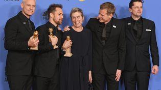"""L'équipe du film """"Three Billboards"""" pose après avoir récolté quatre statuettes aux Golden Globes, le 7 janvier 2018, dont celle de meilleur film dramatique et de meilleure actrice dans un film dramatique pour Frances McDormand, au centre. (KEVIN WINTER / AFP)"""