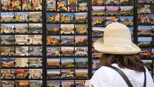 Une touriste à Carcassonne (Aude), le 2 juillet 2018 (photo d'illustration) (ERIC CABANIS / AFP)
