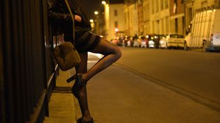 Une prositutée dans une rue à Reims. (REMI WAFFLART / MAXPPP)
