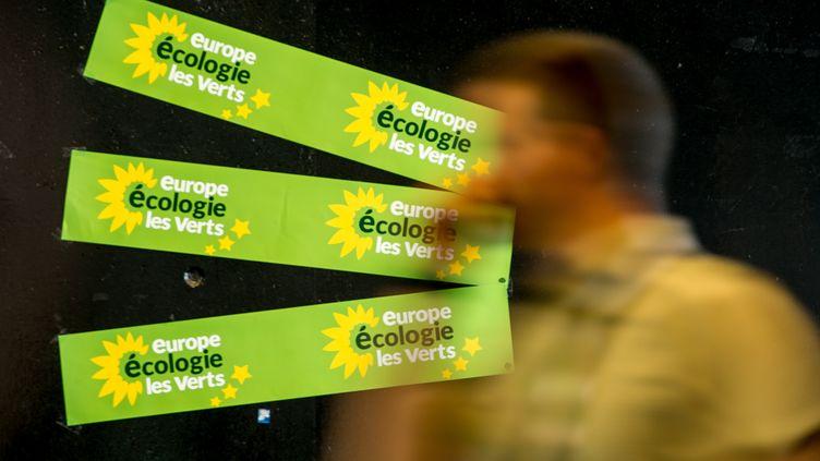 Des pancartes Europe Ecologie-Les Verts (EELV) lors de l'université d'été du parti écologiste, en août 2017 à Dunkerque. (PHILIPPE HUGUEN / AFP)